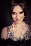 Beau rétro style de la femme 20s dans la robe argentée Image stock