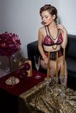 Beau rétro style sexy 20s de femme élégante avec des cheveux de soirée et maquillage dans la dentelle sensible de lingerie se rep Photos libres de droits