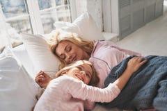 Beau rêveur La mère et la fille dans la nuit portent le whi de sourire Photos libres de droits