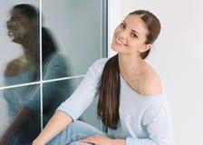 Beau relaxin de jeune femme à la maison dans le chandail mou confortable Photographie stock