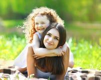 Beau repos de maman et de fille de portrait Images libres de droits