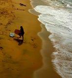 Beau ressac de coucher du soleil à la plage image libre de droits