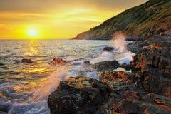 Beau ressac sur le fond de coucher du soleil d'or. photo stock