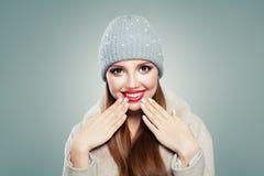Beau rire de femme Jolie fille dans le chapeau gris sur le fond blanc photographie stock