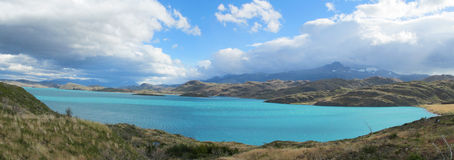 Beau rivage de lac de l'eau bleue Photo libre de droits