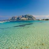 Beau rivage de Mondello, Sicile Photographie stock