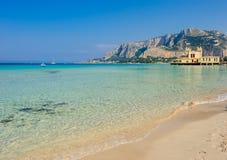 Beau rivage de Mondello, Sicile Photographie stock libre de droits