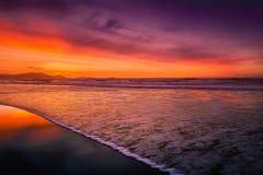 Beau rivage en plage au coucher du soleil Photographie stock