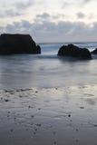 Beau rocha étonnant du DA de praia de plage sablonneuse au crépuscule Photo libre de droits
