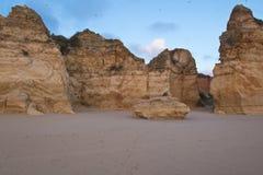 Beau rocha touristique populaire du DA de praia de plage sablonneuse dans le coucher du soleil Photo stock