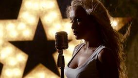 Beau rocksinger femelle avec le rétro microphone banque de vidéos