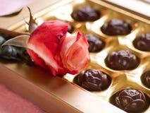 Beau rose et bonbons au chocolat Images stock