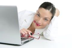 Beau rouge à lievres de rouge de renivellement de femme d'affaires Photos libres de droits