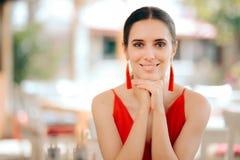 Beau rouge de port de sourire de femme et boucles d'oreille de gland photos libres de droits