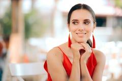 Beau rouge de port de sourire de femme et boucles d'oreille de gland image libre de droits