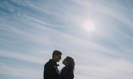 Beau s'aimant le couple se tient sur le pont souriant et embrassant Photographie stock libre de droits