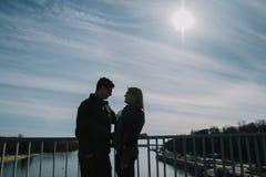 Beau s'aimant le couple se tient sur le pont souriant et embrassant Images libres de droits