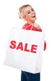Beau sac à provisions de transport de vente de jeune femme Photographie stock libre de droits