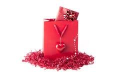 Beau sac de présent de surprise avec un symbole de coeur d'amour Photos stock