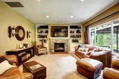 Beau salon avec la cheminée et la TV Photographie stock