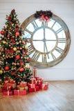 Beau salon de Noël avec l'arbre de Noël décoré, cadeaux devant le mur de whate Arbre de nouvelle année avec le rouge et images libres de droits