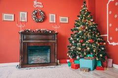 Beau salon de nouvelle année avec l'arbre de Noël décoré Image libre de droits