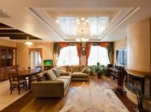 Beau salon moderne avec les sofas mous Image stock