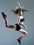 Beau saut de saut de jeune femme Photographie stock