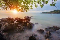 Beau scape de mer d'abandon avec le ciel en hausse du soleil Photographie stock libre de droits