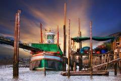 Beau scape de terre de bateau local thaïlandais de pêche de tradition de scène Photo libre de droits