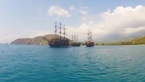 Beau schooner de pirate en mer banque de vidéos
