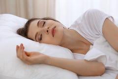 Beau se situer de sommeil de jeune femme dans le lit et détente pendant le matin Les débuts d'un jour ensoleillé est l'heure d'al Images stock