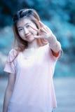 Beau signe d'amour de main d'exposition de jeune femme de l'Asie Photographie stock