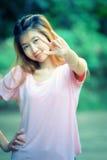 Beau signe d'amour de main d'exposition de jeune femme de l'Asie Photos libres de droits