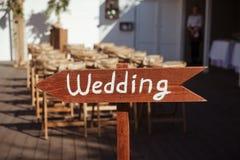 Beau signe extérieur de flèche de cérémonie de mariage Photos libres de droits
