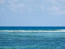 Beau site, vue d'océan bleue - ondulez l'augmentation photos stock
