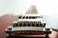 Beau six - guitare électrique de ficelle sur le fond blanc photographie stock libre de droits