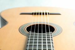 Beau six - guitare classique de ficelle sur le fond blanc photographie stock libre de droits