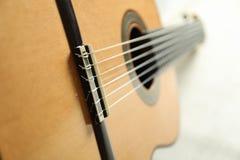Beau six - guitare classique de ficelle sur le fond blanc photo libre de droits