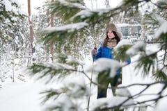 Beau ski de fille dans les bois Photo libre de droits