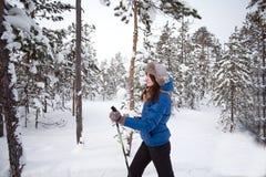 Beau ski de fille dans les bois Photos stock