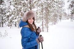 Beau ski de fille dans les bois Photographie stock