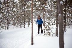 Beau ski de fille dans les bois Images libres de droits