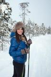 Beau ski de fille dans les bois Photographie stock libre de droits