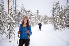 Beau ski de fille dans les bois Image stock