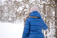 Beau ski de fille dans les bois Image libre de droits