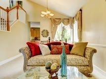 Beau sofa antique avec les oreillers colorés Inteior de Chambre photographie stock libre de droits