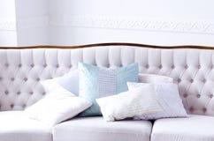 Beau sofa avec des oreillers dans une salle lumineuse photos libres de droits