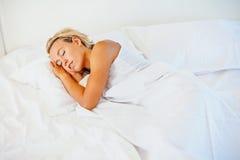 Beau sommeil de jeune femme images stock