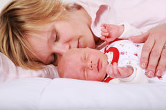 Beau sommeil nouveau-né image stock